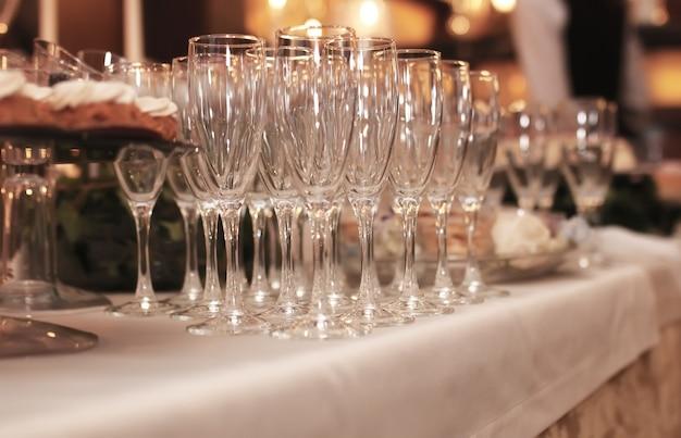 テーブルの上のグラスワイングラスは、レストランでのレセプションに使用されました