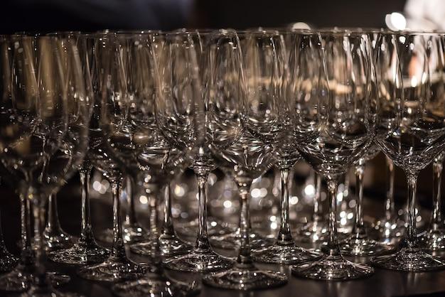 Стеклянные бокалы для вина