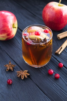 Стакан с яблочно-анисовым напитком