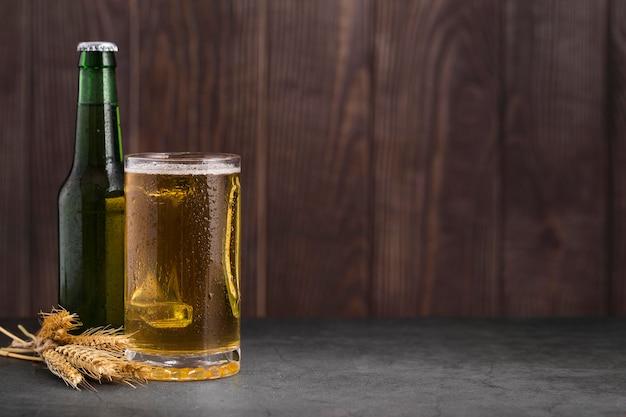 Vetro con birra e copia-spazio