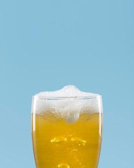 Bicchiere con birra e schiuma