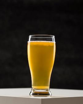 机の上のビールとグラス