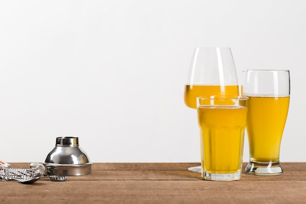 テーブルの上のビールとグラス