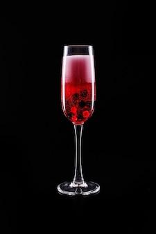 딸기와 붉은 샴페인 알코올 칵테일 유리 검은 배경에 서