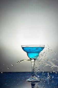블루 샴페인 또는 칵테일 유리. 공중 부양