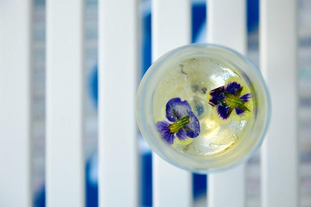 냉동 꽃과 음료 및 얼음 조각 유리