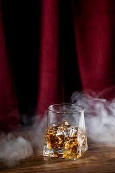 Vetro con bevanda e fumo