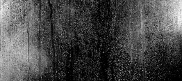 Стакан с каплями воды на черном фоне