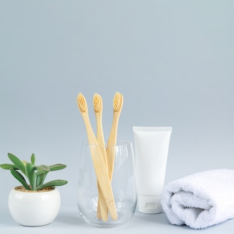 Стакан с семейным набором бамбуковых щеток, полотенце для зубной пасты и растение