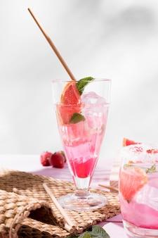 Bicchiere con bevanda al gusto di frutta fresca