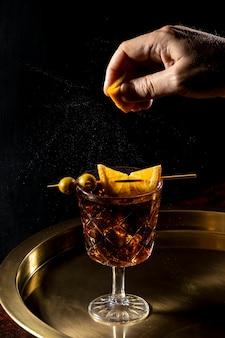 トレイにフルーティーなドリンクを飲みながらグラス