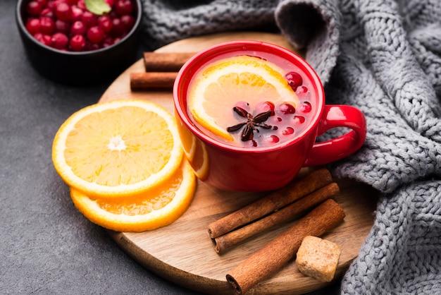 과일 향 차와 레몬이 들어간 유리