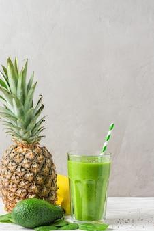 시금치, 파인애플, 아보카도, 바나나 및 치아 씨앗으로 만든 녹색 건강 스무디 해독 유리 프리미엄 사진