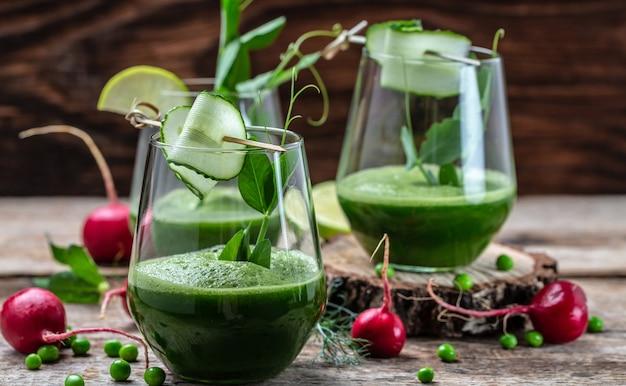 緑の自家製スムージー、デトックススムージー、緑の新鮮なエンドウ豆、キュウリ、大根、ほうれん草、ライムのグラス、