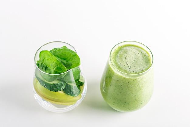 ほうれん草のアボカドセロリキウイとココナッツミルクのグリーンスムージー入りグラス