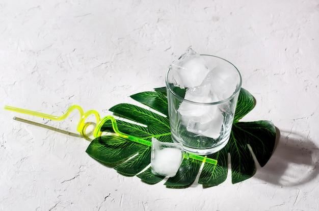 モンスターの葉に氷とストローのガラス