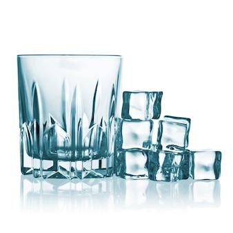 角氷が付いているガラス。白で隔離