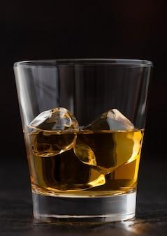 黒にスコッチウイスキーの角氷とガラス、マクロ