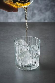 ウイスキーを氷で満たしたグラス