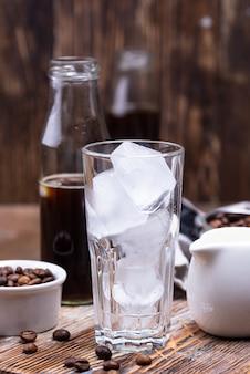 Стакан со льдом для холодного кофе