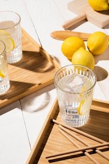 テーブルの上のレモン飲み物とガラス