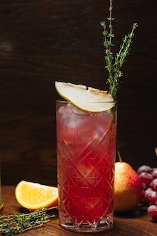Бокал с лимонадным коктейлем с грушей и виноградом. холодный освежающий напиток или напиток