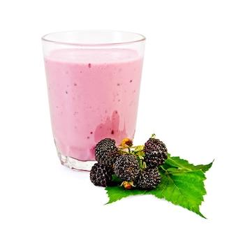 밀크 쉐이크, 딸기와 검은 딸기의 녹색 잎 유리 흰색 배경에 격리됩니다