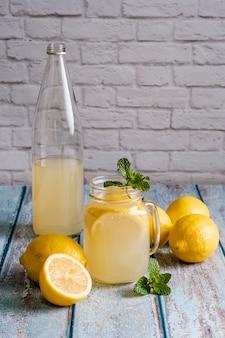 천연 레몬 주스와 유리