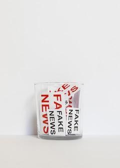 Vetro con foglio di carta con fake news