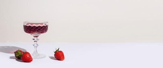 레드 와인과 딸기 유리