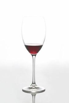 빛에 레드 와인 유리