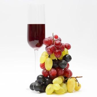 明るい背景にブドウと赤ワインとガラス
