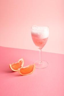 ピンクにスパークリングローズワインとグレープフルーツのグラス