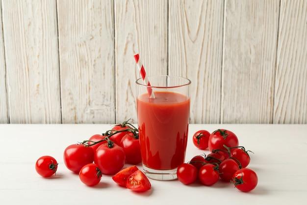 木の板にトマトジュースとわらとトマトとガラス
