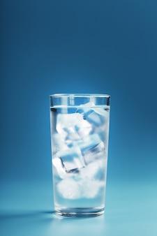 青い背景に水と角氷とガラス