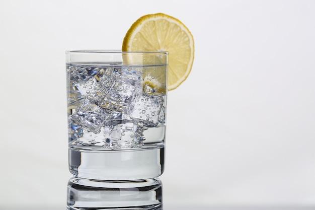Стакан с водой и лимоном. лимонная вода для здоровья тела