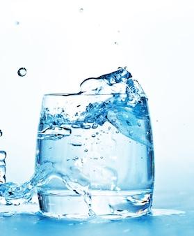 Стакан с водой, изолированные на белом фоне