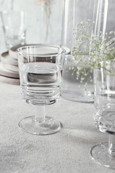 테이블에 물 유리
