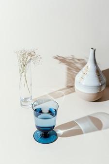 Bicchiere con acqua sul tavolo