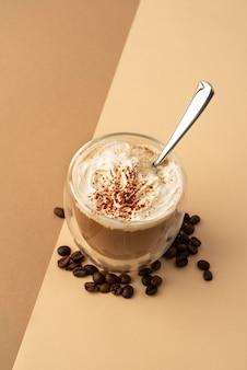 Стакан со взбитыми сливками и кофе