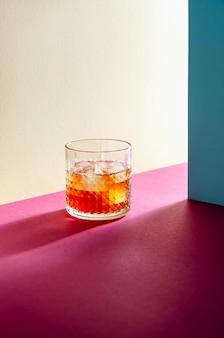 하드 그림자가있는 테이블에 위스키와 아이스 큐브가있는 유리. 현대 아이소 메트릭 스타일. 창의적인 개념