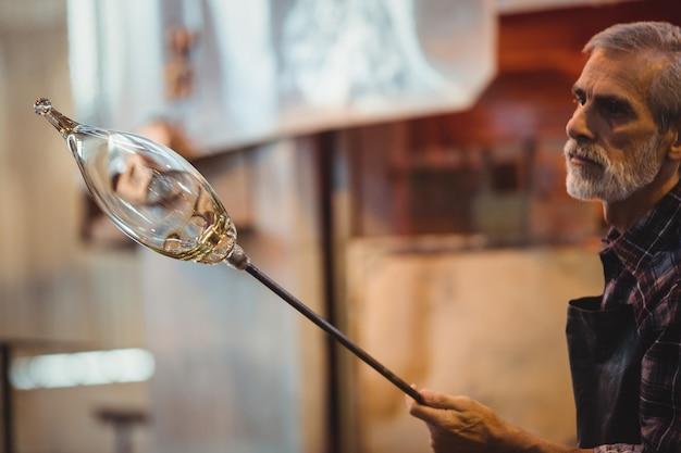 용융 유리를 형성하는 glassblower