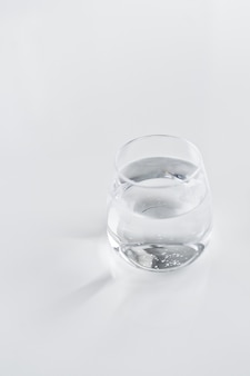 澄んだ水のガラス Premium写真