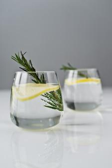 レモン、ローズマリーと純粋な水のガラス。