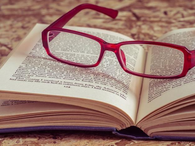 レトロなヴィンテージスタイルのフィルター効果を持つメガネと本