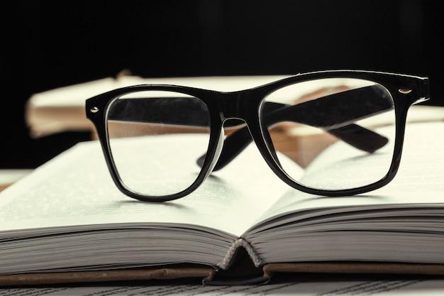 안경과 책