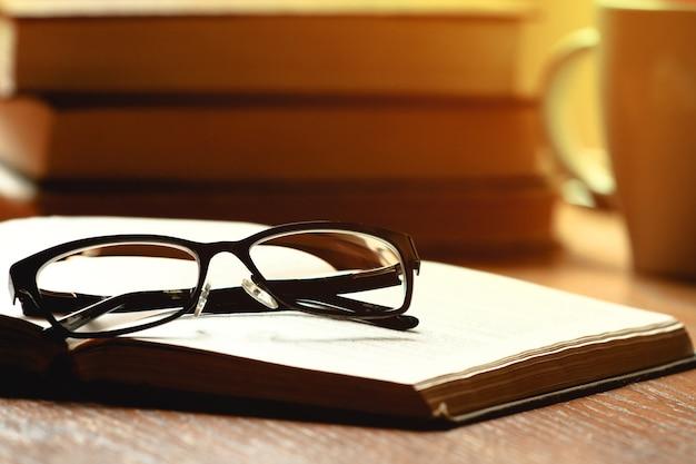 Очки и книги на столе
