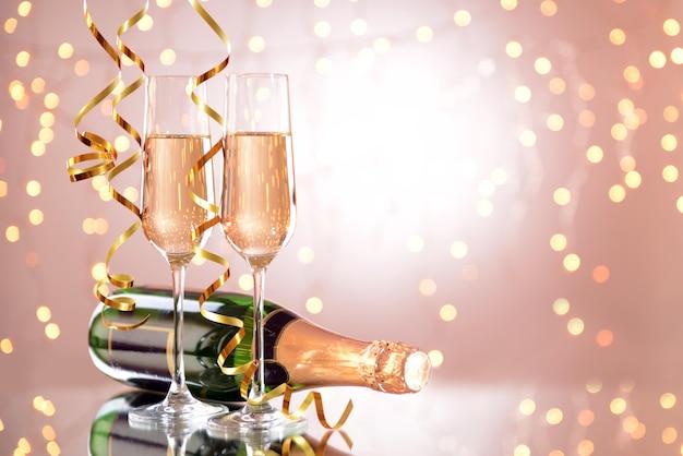 グラスとシャンパンのボトル