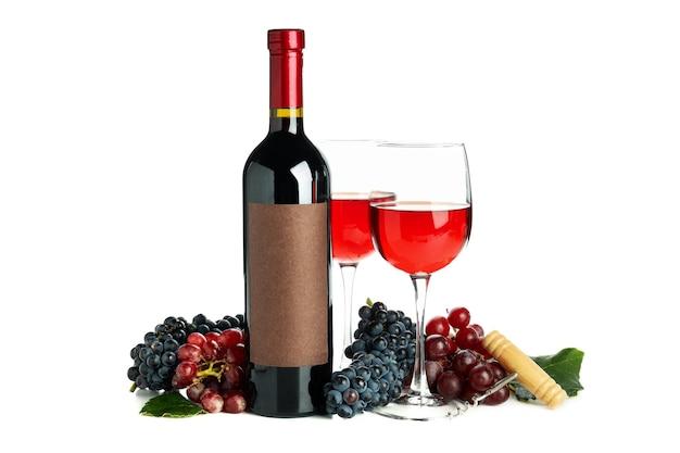 ガラスとワイン、ブドウ、コルク栓抜きの白い背景で隔離のボトル