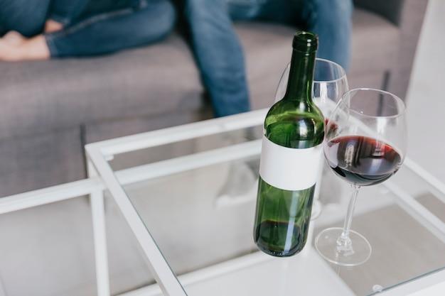 Очки и бутылка вина на столе